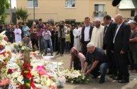 Les musulmans se recueillent devant l'église Saint-Etienne