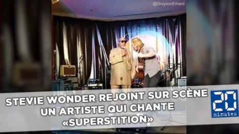 Stevie Wonder rejoint sur scène un artiste qui chante «Superstition»