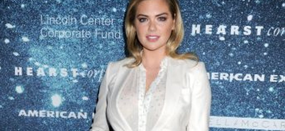 Kate Upton, chic en smoking blanc