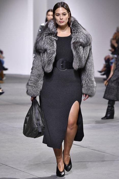 Ashley Graham défile pour Michael Kors durant la Fashion de New York, le 15 février 2017.