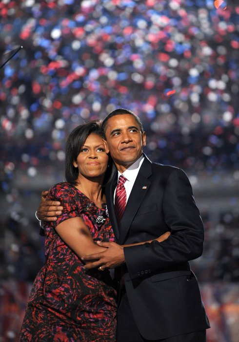 Barack et Michelle Obama s'enlacent lors d'une convention démocrate à Denver, le 28 août 2008.