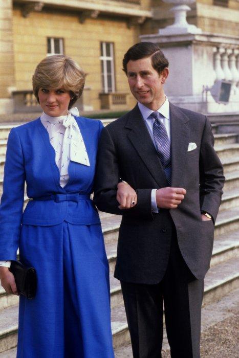 Le prince Charles et Lady Diana sur les marches du Buckingham Palace à Londres, le 24 février 1981.