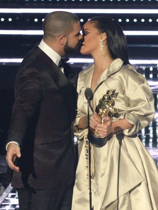 Drake embrasse Rihanna lors des VMA à New York, le 28 août 2016.