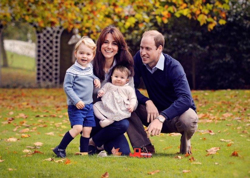 Le prince William et Kate Middleton prennent la pose avec leurs enfants, George et Charlotte, dans le jardin du Palais de Kensington à Londres, à la fin du mois d\
