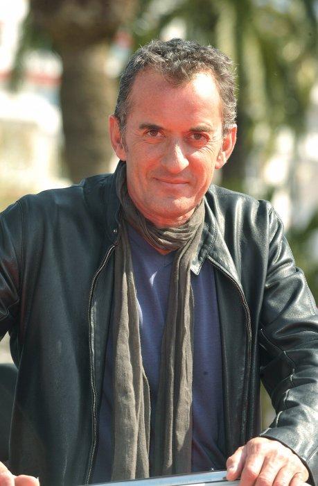 """Christophe Dechavanne présente le jeu """"La Main"""" lors de la MIPTV à Cannes, le 12 avril 2010."""