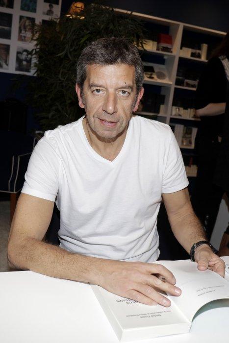 Michel Cymes en marge du 33e Salon du Livre au parc des expositions de la porte de Versailles à Paris, le 19 mars 2016.