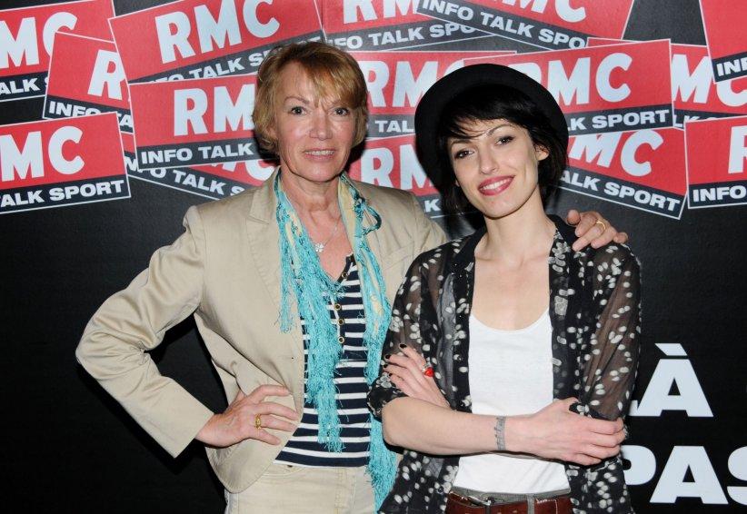 Jennifer Ayache et Brigitte Lahaie dans les studios de la station de radio RMC à Paris, le 09 mai 2016.