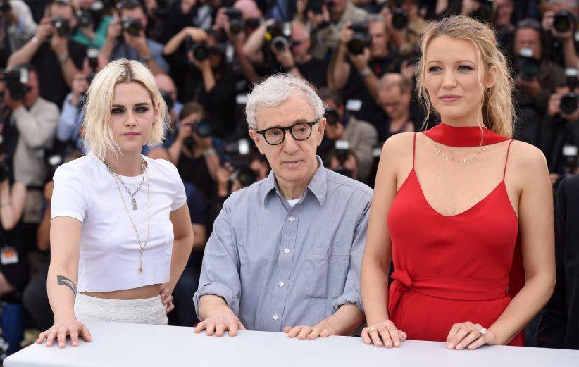 Woody Allen, Kristen Stewart et Blake Lively lors du photocall du film Café Society au Festival de Cannes, le 11 mai 2016.