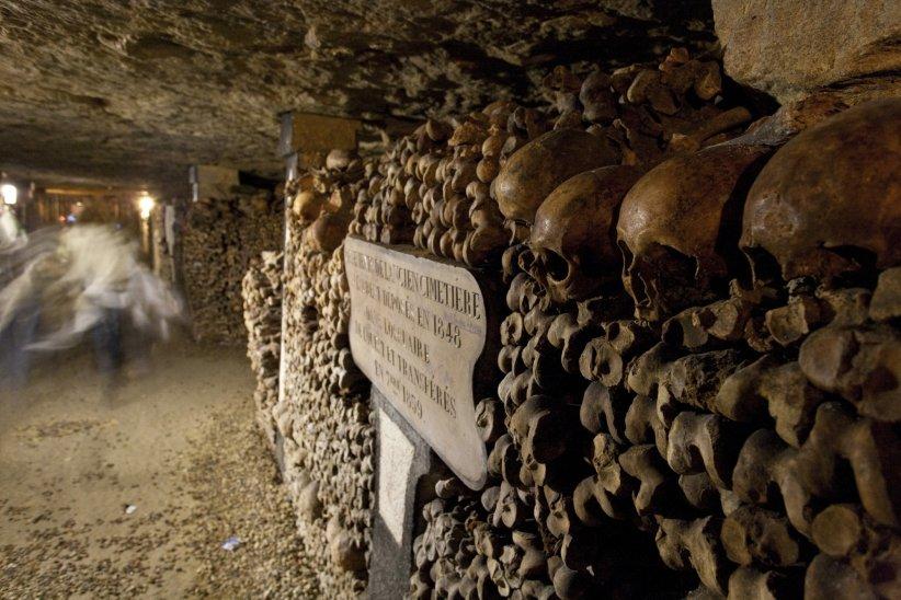 Descendre dans les catacombes parisiennes