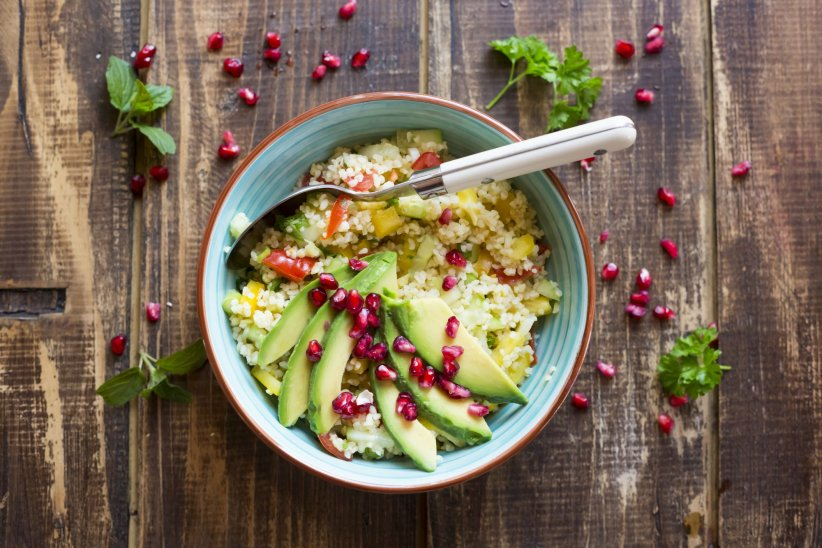 Une salade de boulgour dans un bol, de quoi manger un repas coloré et équilibré.