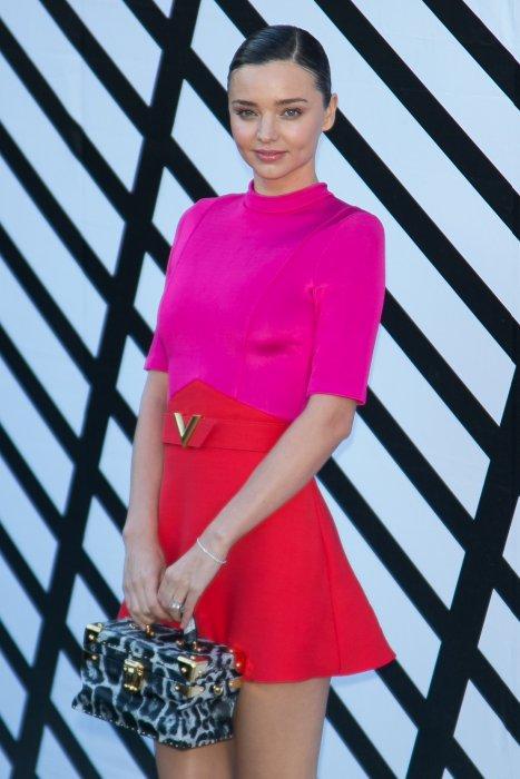 Miranda Kerr assiste au défilé Louis Vuitton lors de la Fashion Week de Paris, le 5 octobre 2016.
