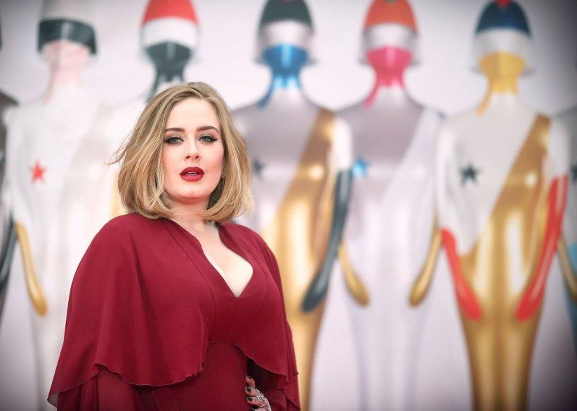 Adele, sur le tapis rouge des Brit Awards 2016, à Londres.