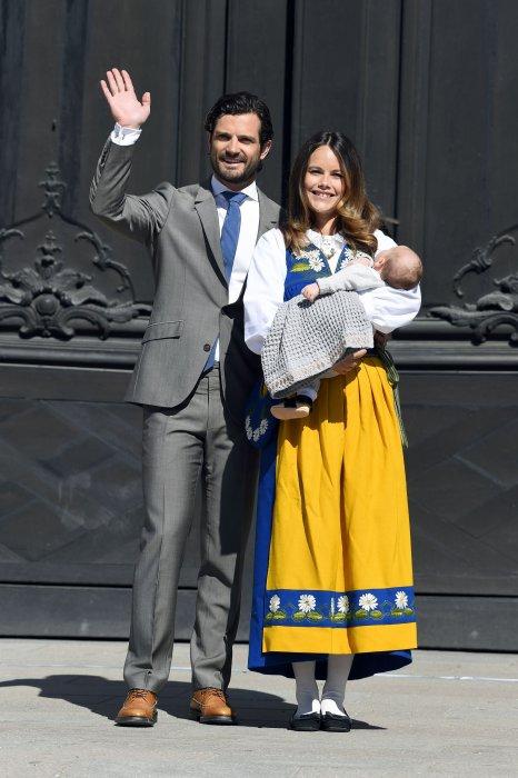 Le prince Carl Philip, la princesse Sofia et le petit prince Alexandre lancent les festivités au palais royal de Stockholm, le 06 juin 2016.