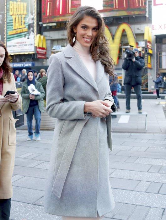 Iris Mittenaere, Miss Univers 2017, prend la pose à Times Square à New York, le 6 février 2017.