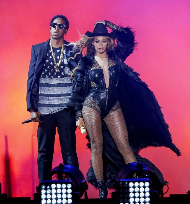 """Beyoncé Knowles and Jay Z sur scène pendant la tournée """"On The Run"""" le 18 juillet 2014 à Houston, au Texas."""