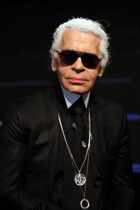 Karl Lagerfeld présente la collection prêt-à-porter féminine automne-hiver 2010/2011 de sa marque à Paris, le 7 mars 2010.