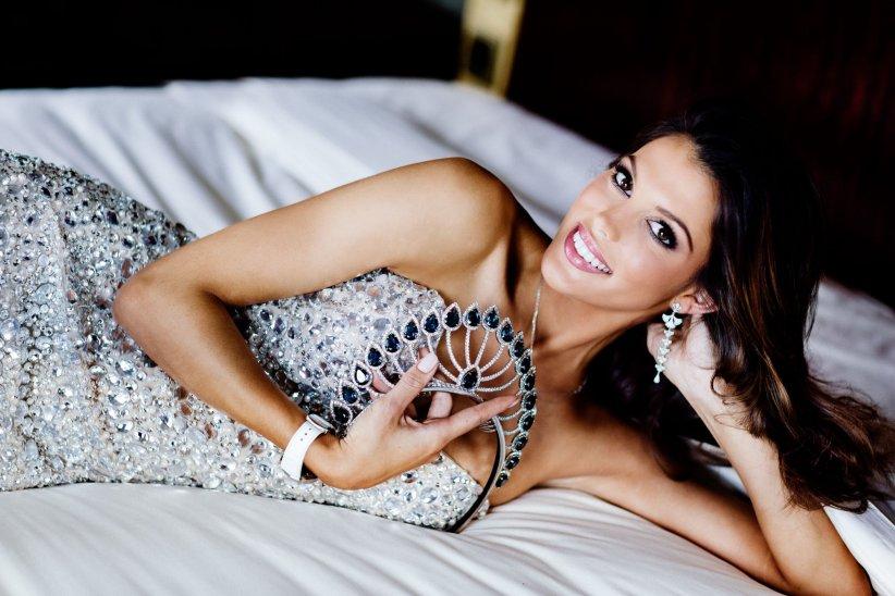 Iris Mitternaere pose avec sa couronne quelques jours après avoir été sacrée Miss France 2016.