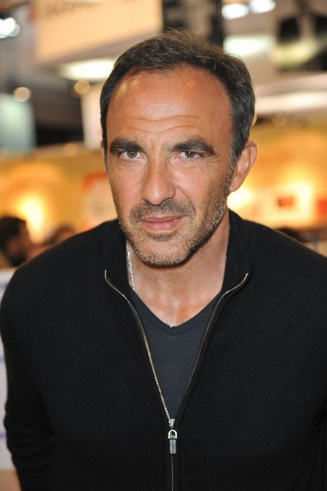 Nikos Aliagas lors du 35e Salon du Livre à la Porte de Versailles à Paris, le 21 mars 2015.