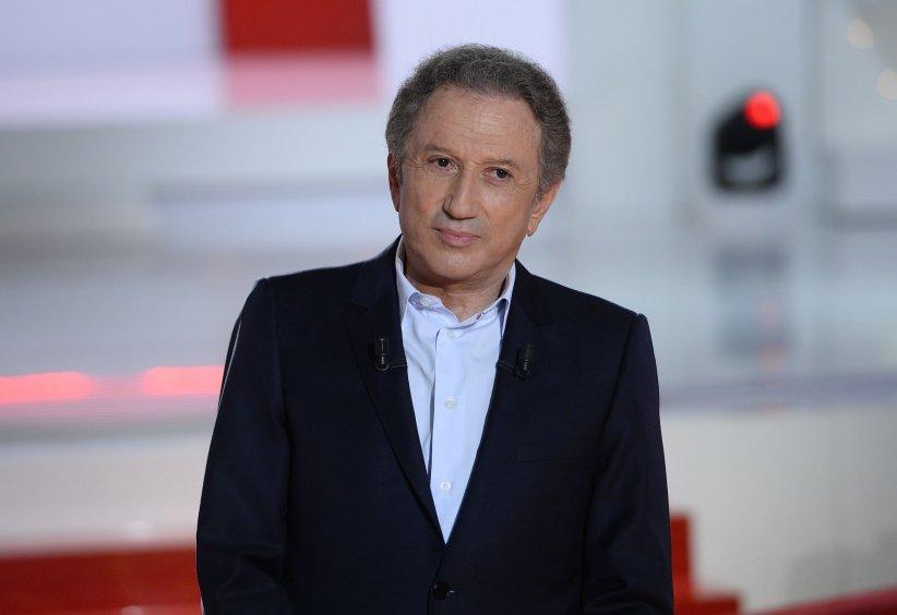 Michel Drucker sur le plateau de son émission  Vivement Dimanche,  à Paris en juin 2015.