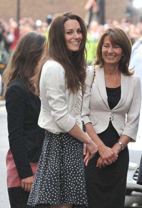 Kate Middleton avec sa mère Carole Middleton, et sa soeur Pippa, au Goring Hotel, la veille de son mariage avec le prince William, à Londres, le 28 avril 2011.