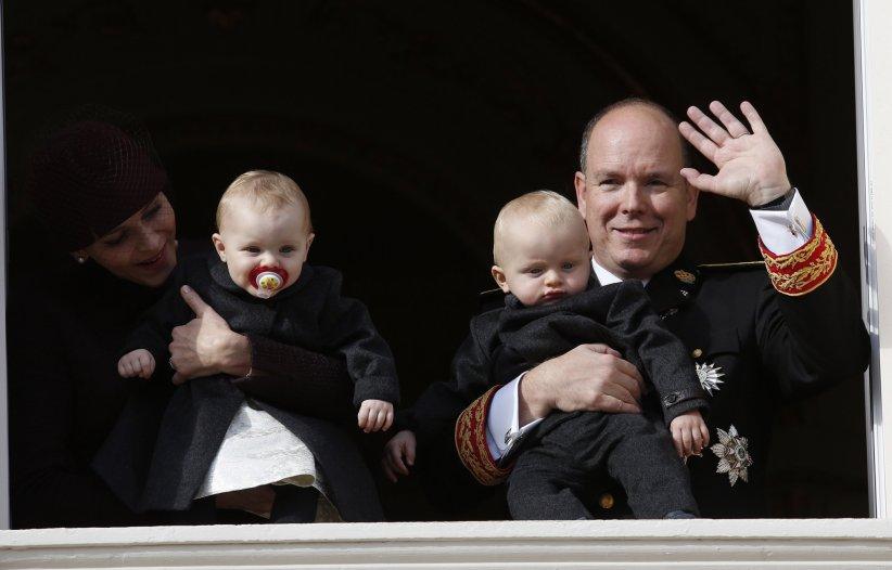 La famille de Monaco au balcon du palais princier lors de la fête nationale monégasque, le 19 novembre 2015.