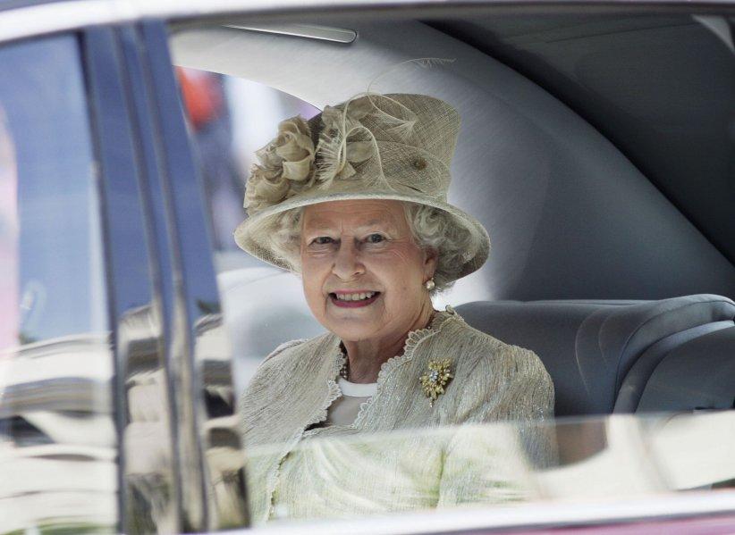 La reine Elizabeth II arrive à la cathédrale Saint Paul, le 15 juin 2006, à Londres.