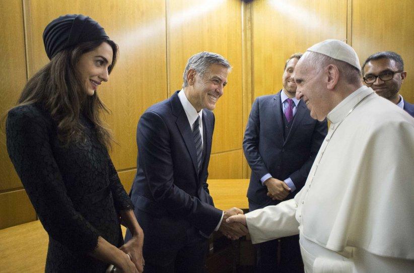 Le pape François rencontre en personne George Clooney et son épouse Amal dans un salon privé du Vatican, le 29 mai 2016.