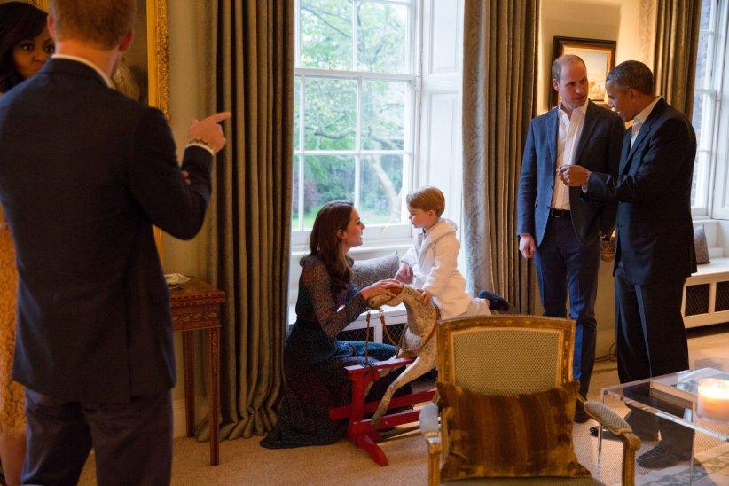 Le prince George, venu saluer en peignoir Barack et Michelle Obama, à Kensington Palace le 22 avril 2016.