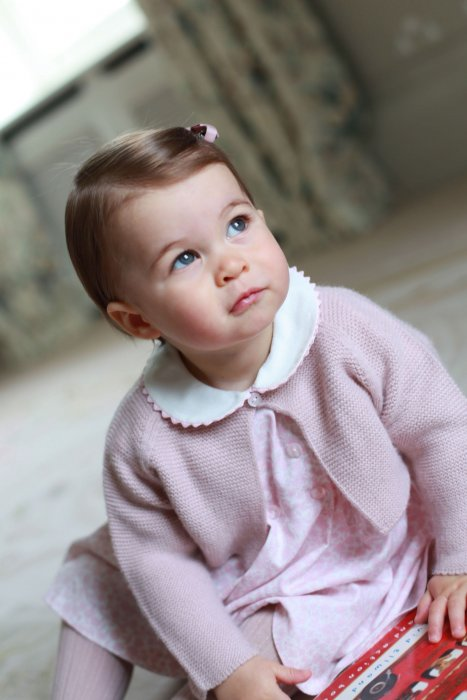 La princesse Charlotte pose devant l\
