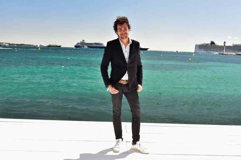 Bertrand Chameroy pose sur la plage du Majestic 68 lors du 68e Festival de Cannes, le 16 mai 2015.