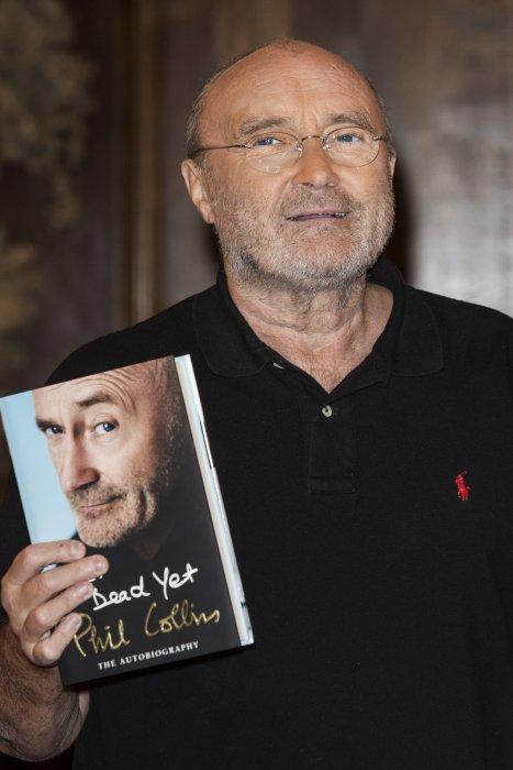"""Phil Collins assure la promotion de son autobiographie """"Not Dead Yet"""" lors d\"""