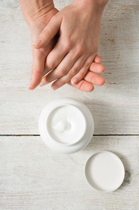 Opter pour des cosmétiques hypoallergéniques, sans alcool et sans parfum