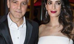 Amal Clooney dévoile son baby bump lors des César 2017
