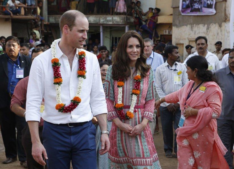 Le prince William et Kate Middleton visitent le Banganga Water tank à Bombay, lors de leur voyage en Inde, le 10 avril 2016.