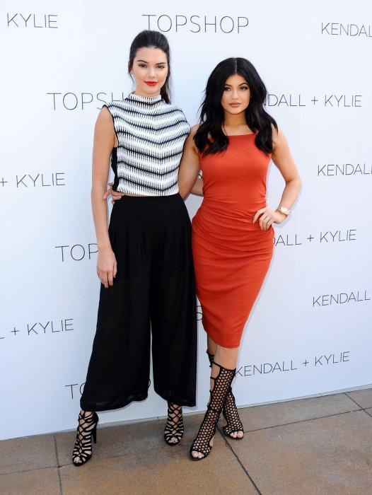 """Kendall et Kylie Jenner à la soirée de lancement de leur collection """"Jenner x TopShop"""" été 2015, le 3 juin 2015."""
