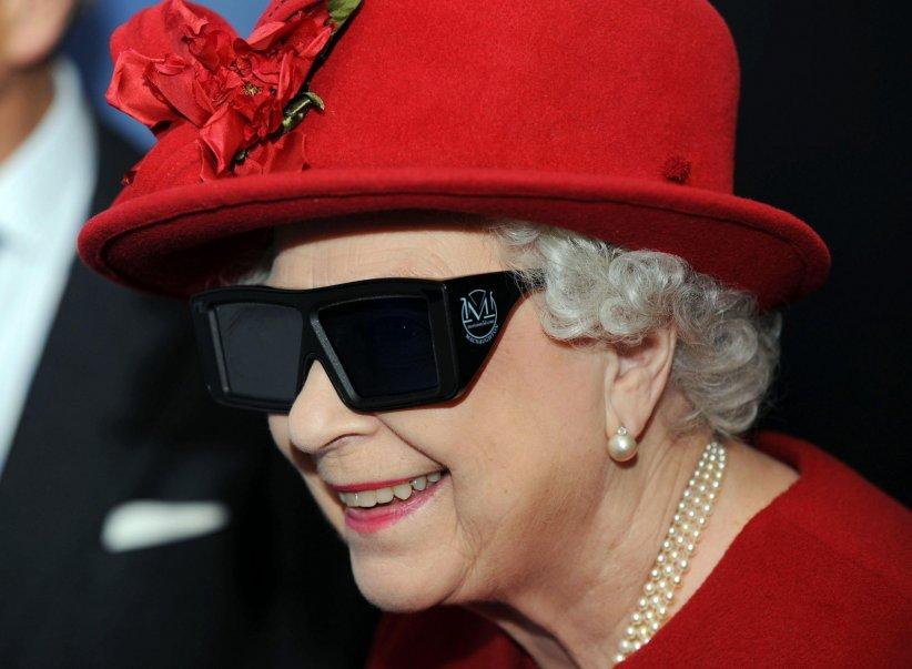 """La reine Elizabeth II essaye des lunettes 3D lors de sa visite au centre """"University of Sheffield Advanced Manufacturing Research"""" le 18 novembre 2010 à Sheffield, au Royaume-Uni."""