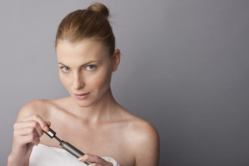 Hourglass lance le premier mascara sans brosse : la révolution est en marche.