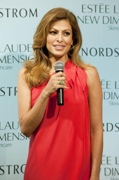 Eva Mendes en promotion pour la marque Estee Lauder à Aventura en Floride, le 25 juillet 2015.