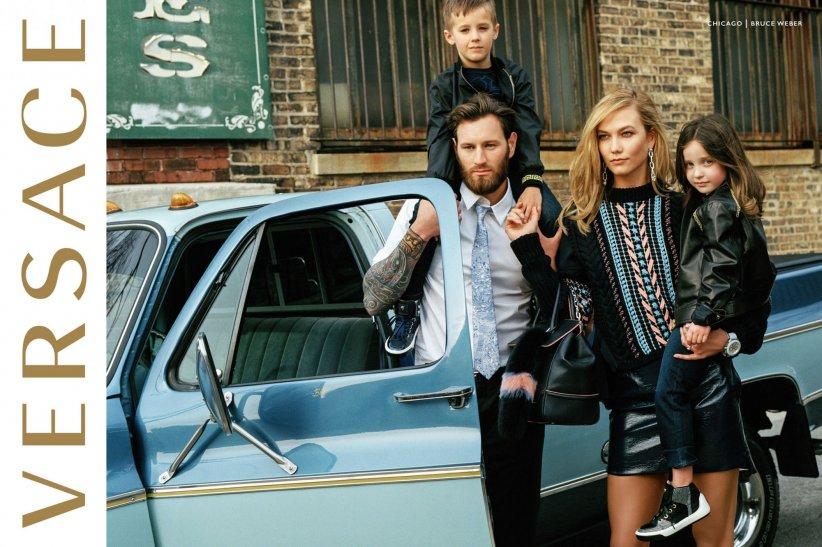 Karlie Kloss, maman chic et élégante pour Versace.