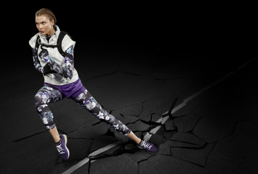 Karlie Kloss portant les vêtements de running adidas by Stella McCartney.