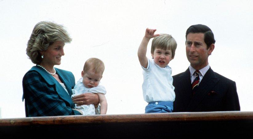 Le prince Charles, Lady Diana ainsi que les princes William et Harry sur le Britannia, en mai 1985.