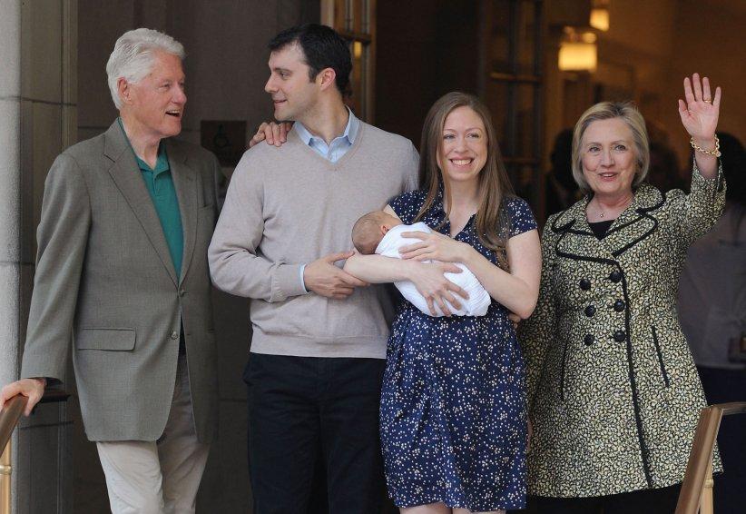 Chelsea Clinton à la sortie du Lenox Hill Hospital avec son nouveau né, Aidan, son mari Marc Mezvinsky et ses parents Hillary et Bill Clinton à New York, le 20 juin 2016.