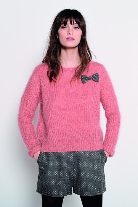Pull Abrinou couleur litchi customisé avec une broche en forme de noeud.