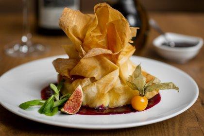 Aumônière de foie gras, poires rôties et coulis de figue