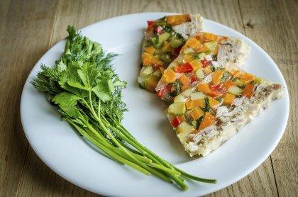Aspic de poulet et petits légumes