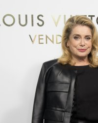 Adieu le blond, Catherine Deneuve a changé de look