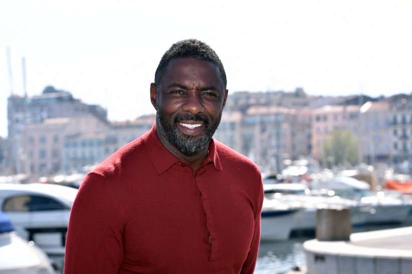 Idris Elba : la barbe poivre et sel version sexy