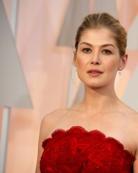 Rosamund Pike rejoint Jon Hamm dans le thriller politique High Wire Act