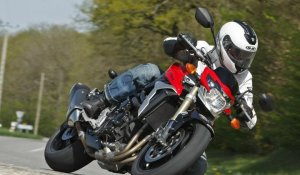 Video Suzuki GSR 750 - Un roadster tout en muscle avec son bloc GSX-R !