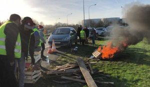 La Roche-sur-Yon. Filtrage de la circulation sur le rond-point Napoléon Vendée
